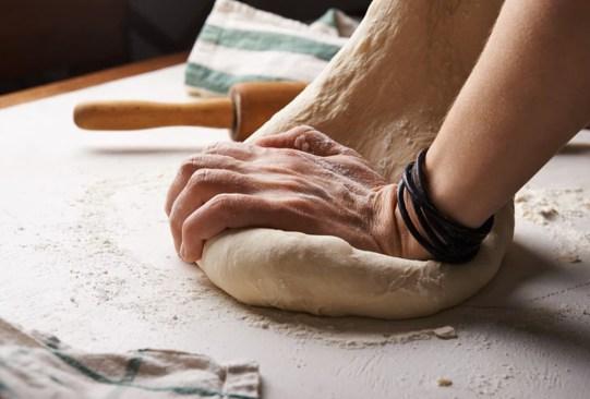 Prepara esta pizza casera junto a los más peques de la casa - receta-pizza-casera-nincc83os-300x203