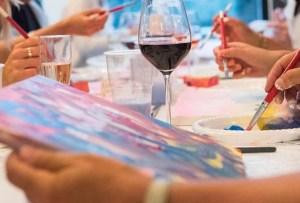 Este estudio te lleva clases de pintura y drinks a casa
