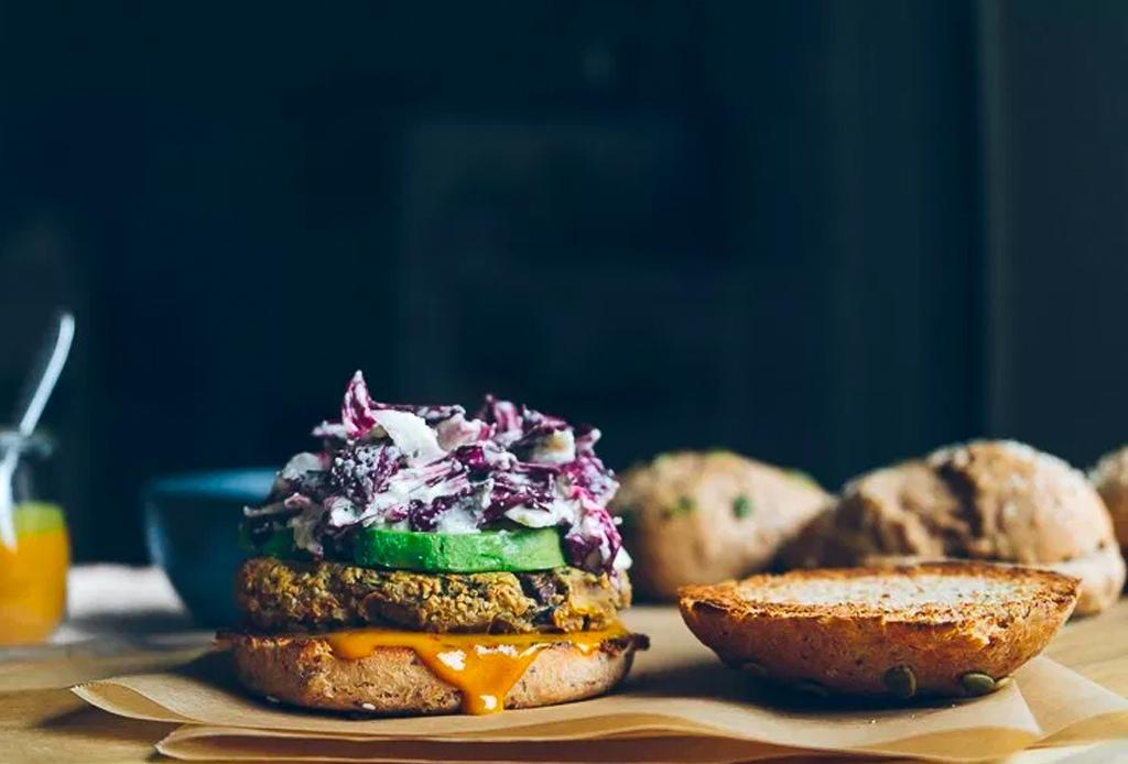 Celebra el día de la hamburguesa con esta versión vegetariana - veggie-burger-2-1024x694