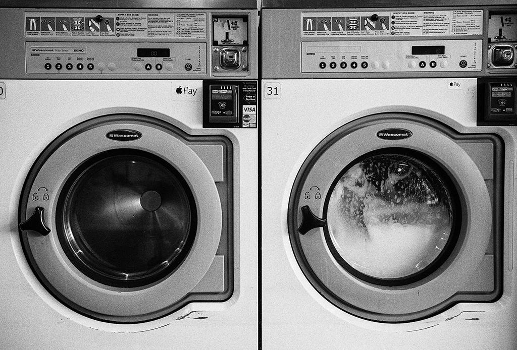 Tips para lavar tus jeans y mantenerlos como nuevos por más tiempo - lavar-jeans-3-1024x694