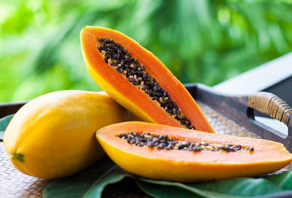 Si te gusta compartir comida con tu perrito, estas 10 frutas son ideales para hacerlo - mascarilla-papaya-1024x694
