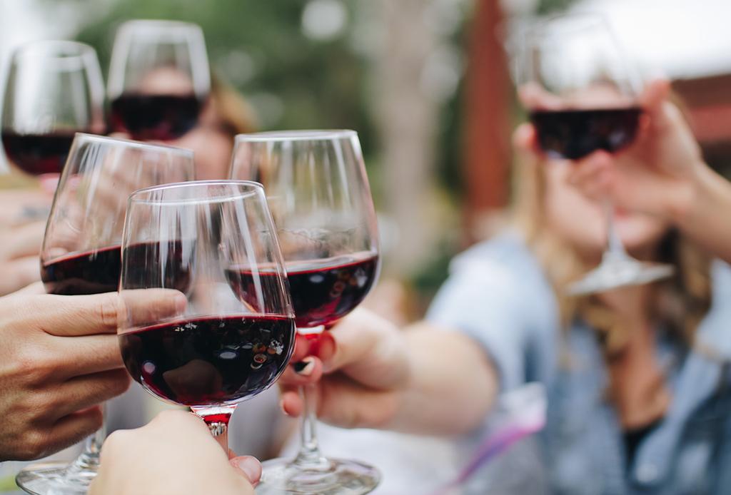 Un playlist para disfrutar dos placeres de la vida: comida y vino - club-de-vino-1024x694