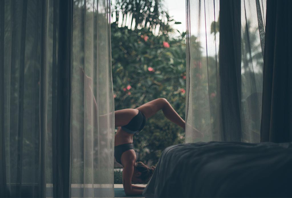 Por qué no debes hacer inversiones en yoga durante tu periodo - inversiones-yoga-2-1024x694