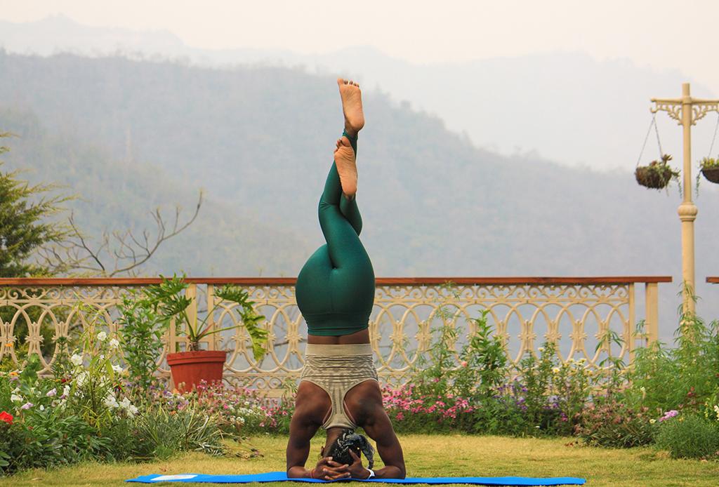 Por qué no debes hacer inversiones en yoga durante tu periodo - inversiones-yoga-4-1024x694