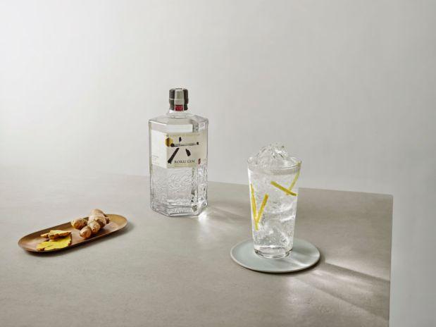 ¿Conoces el gin japonés? Esta receta es perfecta para probarlo - 5-2019-roku-ginger-drink-shot_lifestyle-2