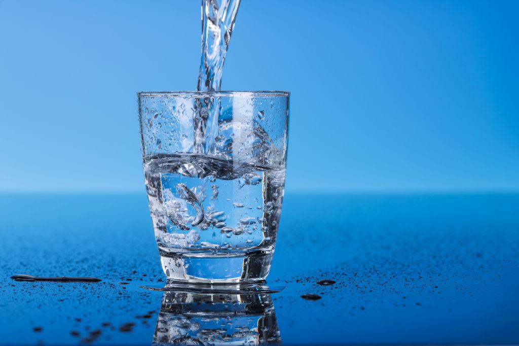 Errores que cometes al tomar agua y afectan el sabor de tu comida