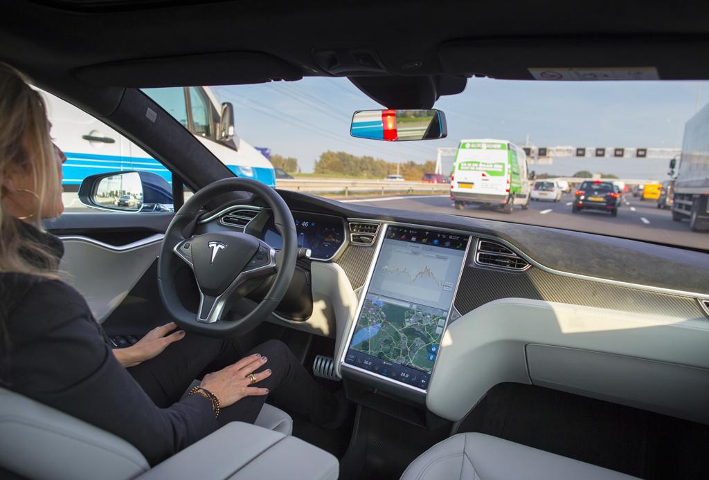 Los autos autónomos de Tesla están más cerca de lo que pensamos - tesla-netflix-2-1024x694