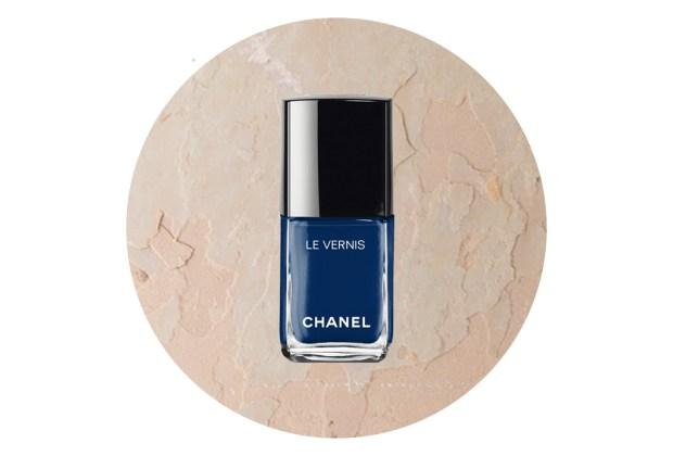 Los colores de uñas perfectos para usar este otoño 2019 - colores-uncc83as-otoncc83o-2019-azul