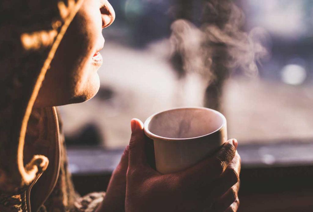 Beneficios de bañarte con agua fría - cafe-1024x694