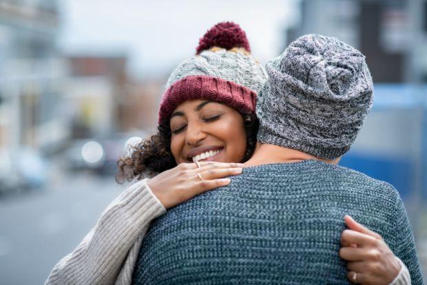 7 pequeñas pero efectivas formas de mejorar tu relación en pareja - multiethnic-couple-hugging-outdoor-in-winter-vre3uwg