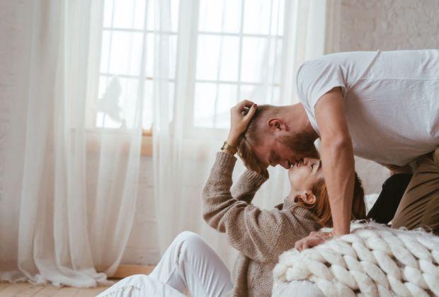 7 pequeñas pero efectivas formas de mejorar tu relación en pareja - pareja-beso