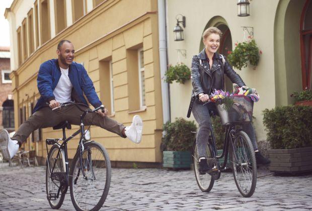 7 pequeñas pero efectivas formas de mejorar tu relación en pareja - pareja-bicicleta
