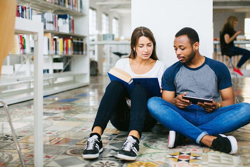 Tipos de amigos que necesitas para la próxima década - amigos-leyendo