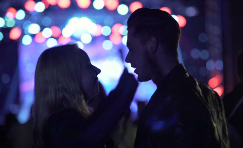 Discos románticos para una cita perfecta sin importar el momento - concierto-pareja-amor