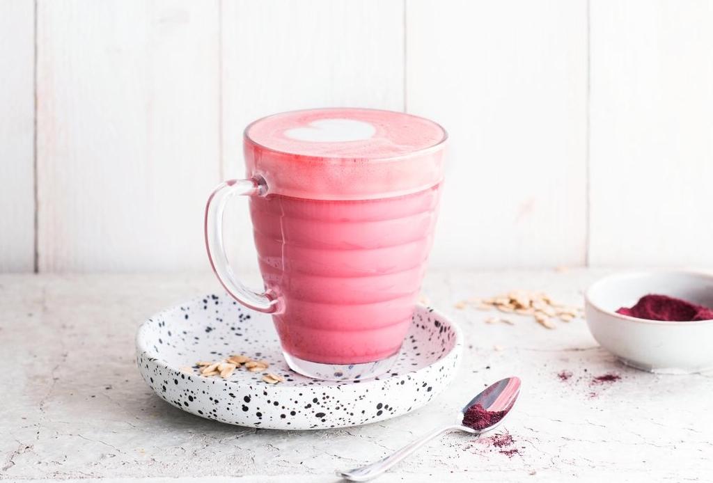 ¿Cómo hacer lattes de colores naturales? AQUÍ la respuesta - latte-rosa-betabel
