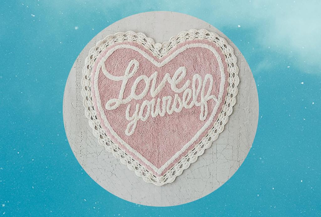 7 productos para el día a día que te llenarán de vibra positiva - love-yourself-bath-mat