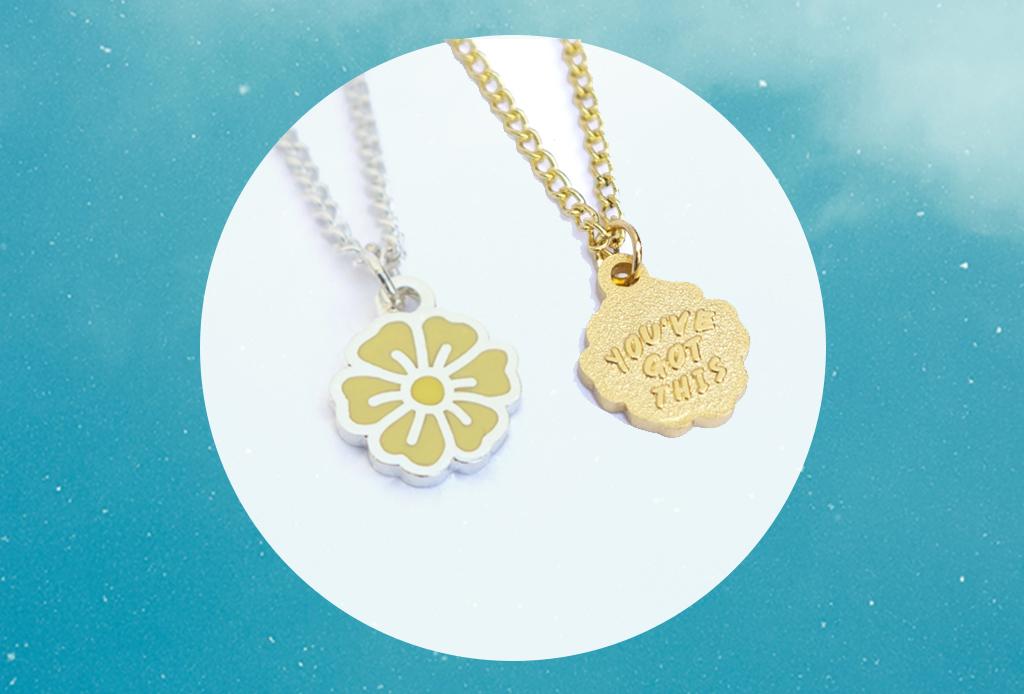 7 productos para el día a día que te llenarán de vibra positiva - martinamartian-yellow-22youve-got-this22-blossom-necklace-1