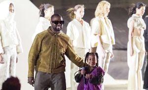 Kanye West presenta Yeezy Season 8 en la semana de la moda de París y North West se roba el show