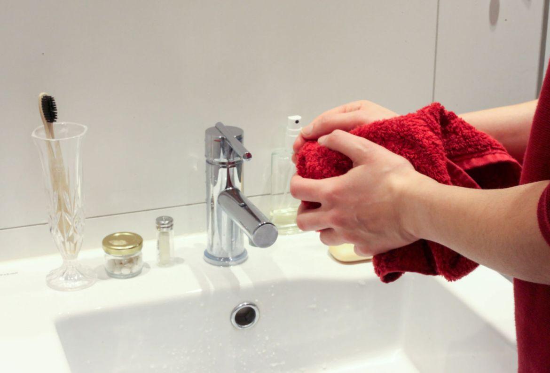 5 tips para proteger tu piel de tantas lavadas de manos a diario - secado-manos-coronavirus