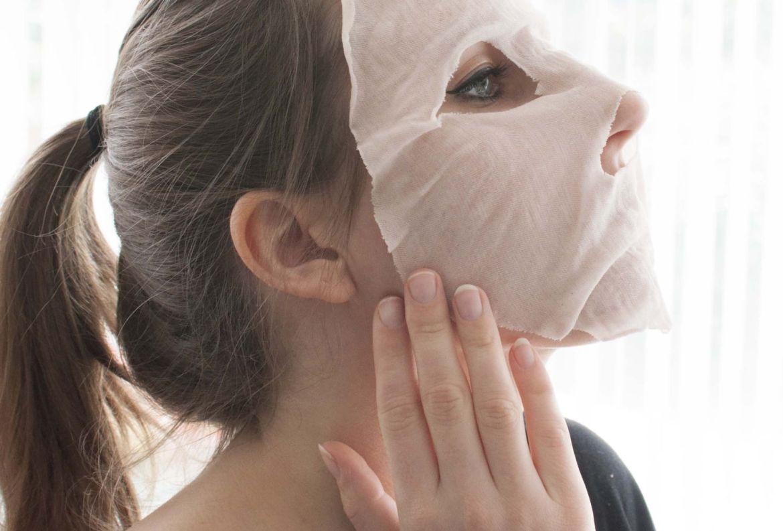 DIY: Haz esta eco-friendly sheet mask con alguna de tus camisetas viejas - como-hacer-mascarilla-algodon-skincare-1