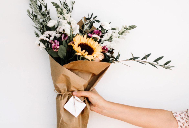 5 envíos que puedes hacerle a tus abuelos para recordarles lo mucho que los amas - flores-a-domicilio