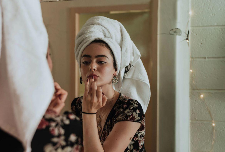 5 colores para labios que mejorarán tu estado de ánimo como por arte de magia - maquillaje-natural-reunion-virtual-cuarentena