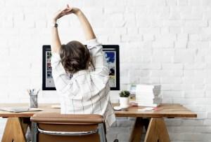 7 posturas de yoga (fáciles) para aliviar la espalda de las horas de home office