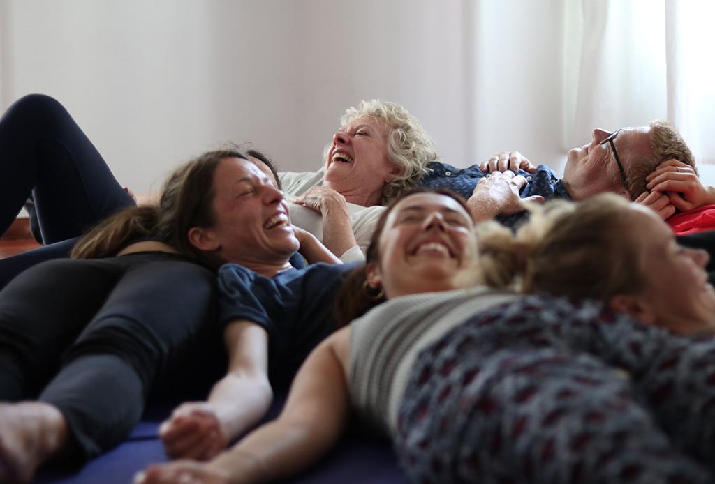 ¿Ya conoces el Yoga de la risa? Es justo lo que necesitas - yoga-risa-3