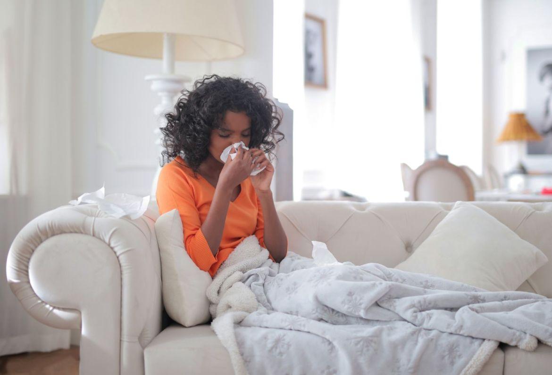 El arte de tratarnos bien - young-black-woman-covered-with-blanket-blowing-nose-3960031
