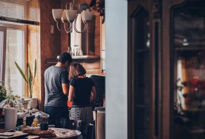 5 beneficios de cocinar en pareja para ponerte a practicar desde ya