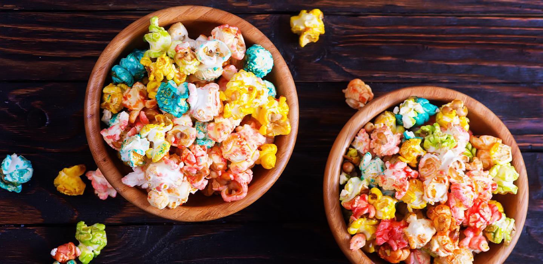 Tienes que probar estas palomitas de sabores frutales ¡con Skittles!