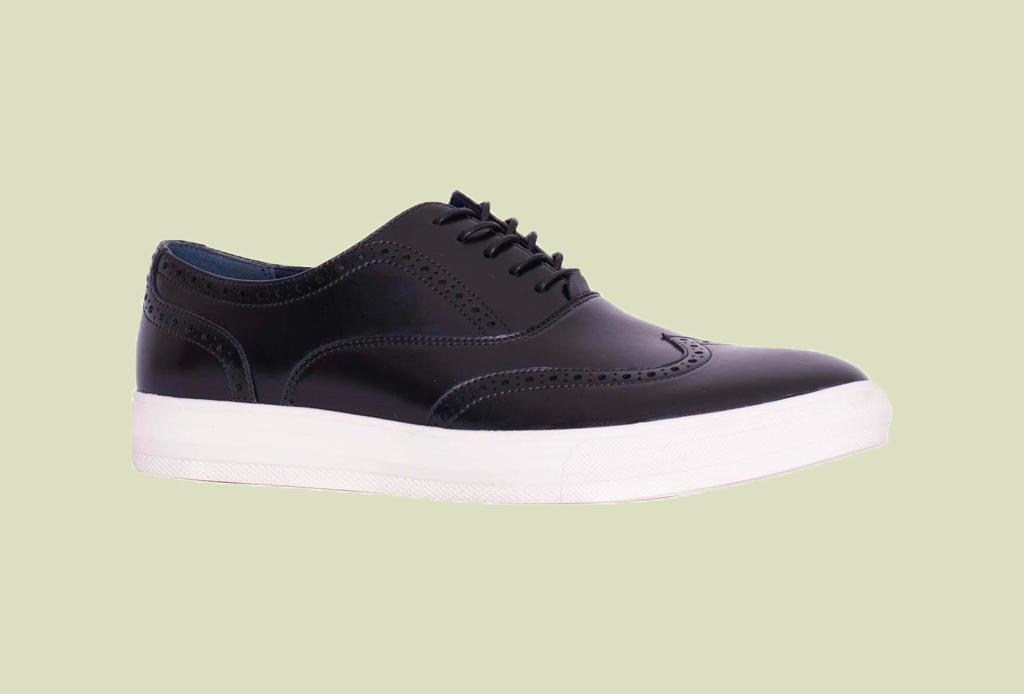 Los 7 zapatos más versátiles que todo hombre debe tener - sneakers-piel-negros-liverpool