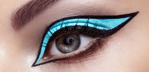 ¿Graphic eyeliner? Aprende a llevar la nueva tendencia de colores