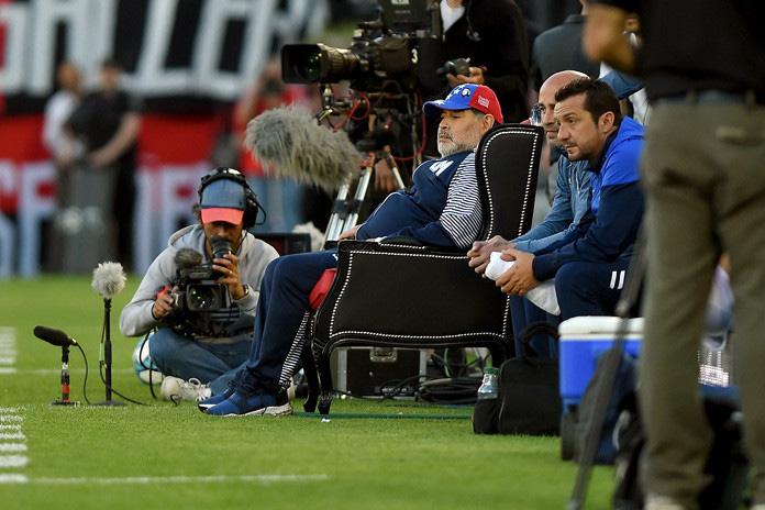 ¡Adiós a Maradona! Recordamos algunas de sus excentricidades - maradona-trono