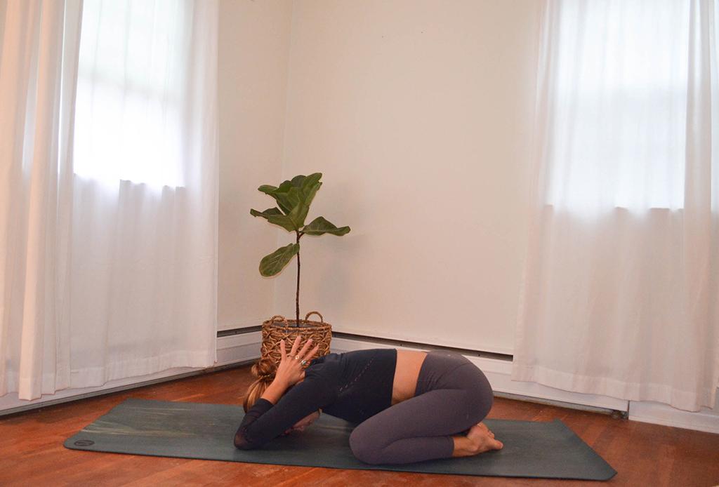 Una secuencia de yoga perfecta para combatir el frío del invierno - yoga-invierno-6