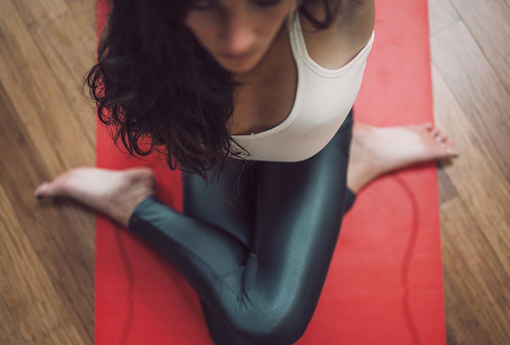 Cómo meditar mientras practicas yoga, puedes hacerlo en 3 pasos