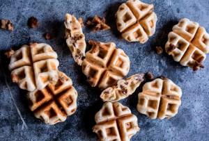 Disfruta el fin de semana y prepara estos chocolate chip cookie waffles