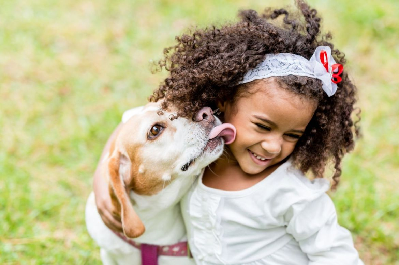 5 Razones por las que deberías adoptar una mascota con tus hijos - nina-con-perro-1