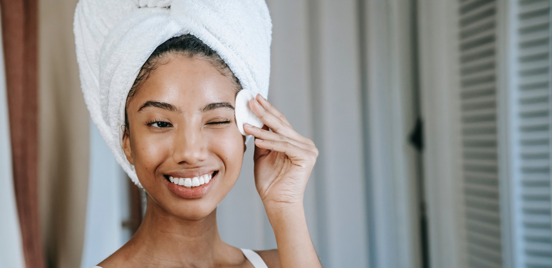 ¿Qué le pasa a tu piel al no desmaquillarse? ¡Ojo aquí!