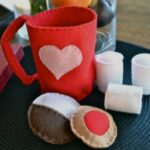 Felt Hot Cocoa Kit: Homemade Christmas Gifts at The Happy Housewife
