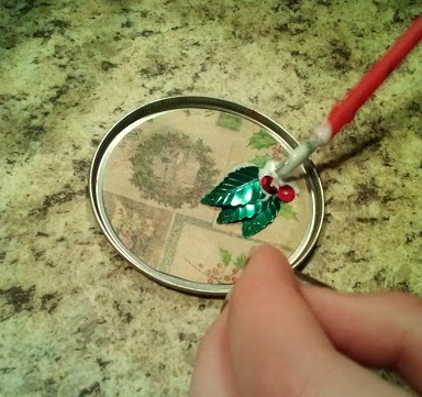 Easy Christmas Craft from Can Lids (step 4) | The Happy Housewife