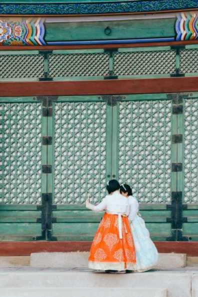 mädchen in tracht im gyeongbokgung palast seoul korea