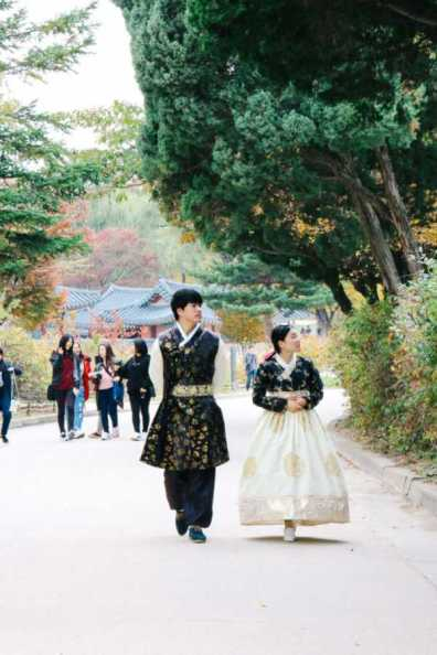 pärchen in koreanischer tracht gyeongbokgung palast seoul korea