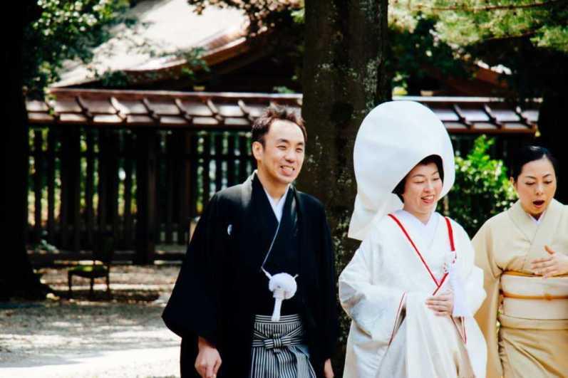 Japanisches Hochzeitspaar im Shinto-Schrein