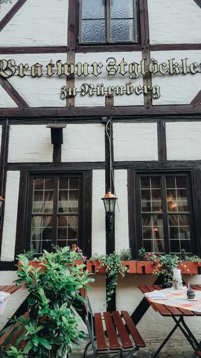 Nürnberg Sehenswürdigkeiten Bratwurstgloecklein im Handwerkerhof Fachwerkhaus