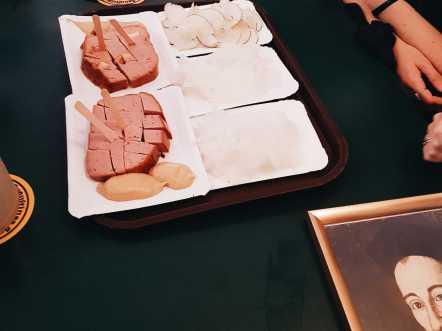 Radi und Leberkäse mit Senf auf Pappteller