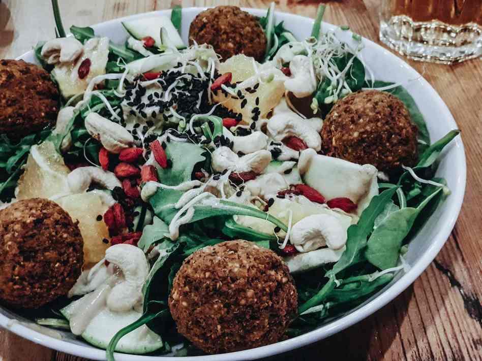 Salat vegan mit Falafel