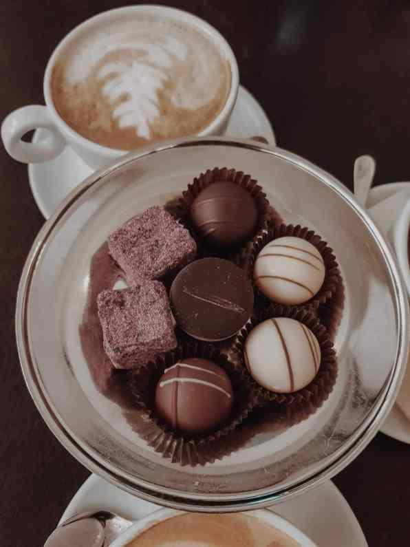 Pralinen und Café in Kaffeehaus in Breslau