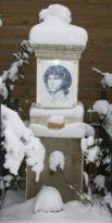 https://commons.wikimedia.org/wiki/File:Jim_Morrison_Denkmal_im_Winter.JPG