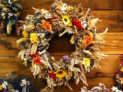 6 Pretty Ways to Display Dried Herbs in Your Fall Home Décor | Herbal Academy | Herbs aren't only used for their great tastes and flavors. Here are 6 pretty ways to display dried herbs in your fall home decor!